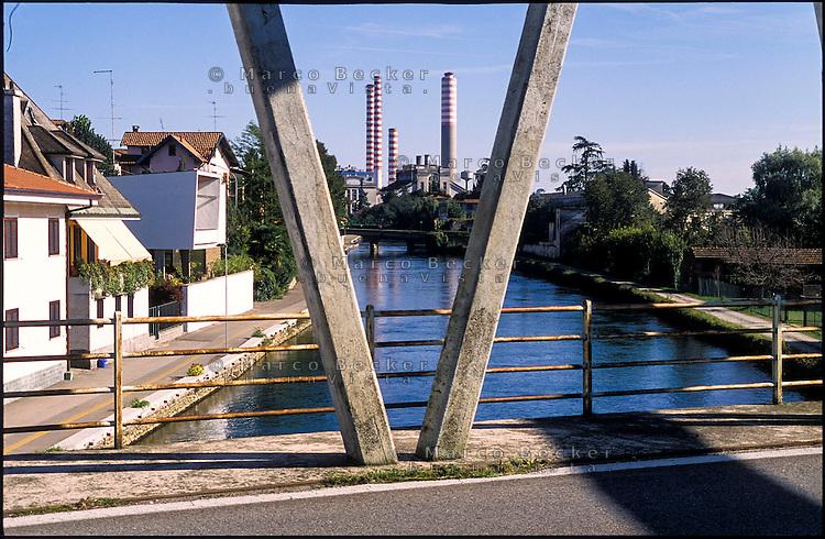 Turbigo (Milano), la centrale termoelettrica e la struttura di un ponte sul Naviglio Grande --- Turbigo (Milan), the thermoelectric power plant and the structure of a bridge on the Naviglio Grande canal