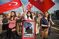 Bis zu 6.000 Menschen demonstrierten am Samstag den 8. Juni 2013 in Berlin gegen den tuerkischen Ministerpraesidenten Erdogan und die Regierungspartei AKP. Sie solidarisierten sich mit den Menschen, die in der Tuerkei seit Ende Mai fuer mehr Demokratie und gegen die Regierung demonstrieren.<br />Im Bild: Demonstrantinnen mit einem Bild des von der Polizei erschossenen Sozialdemokraten Abdullah Coemert.<br />8.6.2013, Berlin<br />Copyright: Christian-Ditsch.de<br />[Inhaltsveraendernde Manipulation des Fotos nur nach ausdruecklicher Genehmigung des Fotografen. Vereinbarungen ueber Abtretung von Persoenlichkeitsrechten/Model Release der abgebildeten Person/Personen liegen nicht vor. NO MODEL RELEASE! Don't publish without copyright Christian-Ditsch.de, Veroeffentlichung nur mit Fotografennennung, sowie gegen Honorar, MwSt. und Beleg. Konto:, I N G - D i B a, IBAN DE58500105175400192269, BIC INGDDEFFXXX, Kontakt: post@christian-ditsch.de<br />Urhebervermerk wird gemaess Paragraph 13 UHG verlangt.]