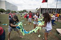 BRASILIA, DF, 13.11.2015 - MANIFESTAÇÃO-CUNHA - Manifestação de estudantes contra o presidente da Câmara, Eduardo Cunha, durante passagem pela Esplanada dos Ministérios, em frente ao Congresso Nacional, nesta sexta-feira, 13. Na foto, eles batem boca com acampados que protestam contra a presidente Dilma.(Foto: Ed Ferreira / Brazil Photo Press)