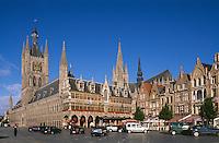 Belgien, Flandern, Grote Markt, gotische Tuchhalle, Belfried und Rathaus in Ypern (Ieper), die gotische Tuchhalle, der größte gotische Profanbau Europas wurde nach der völligen Zerstörung im 1. Weltkrieg wieder aufgebaut, Unesco-Weltkulturerbe
