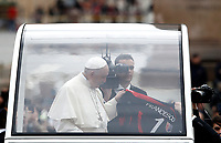 Papa Francesco riceve una maglia con su scritto il suo nome al suo arrivo all'udienza generale del mercoledì in Piazza San Pietro, Citta' del Vaticano, 15 novembre, 2017.<br /> Pope Francis receives a jersey shirt with his name as he arrives for his weekly general audience in St. Peter's Square at the Vatican, on November 15, 2017.<br /> UPDATE IMAGES PRESS/Isabella Bonotto<br /> <br /> STRICTLY ONLY FOR EDITORIAL USE
