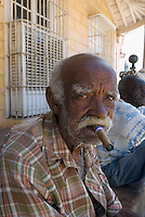 Cuba, Mann mit Zigarre in Trinidad, Provinz Sancti Spiritus