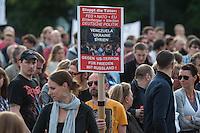 """Verschiedene Verschwoerungstheoretiker und rechte Gruppen versammelten sich am Montag den 2. Juni 2014 auf dem Pariser Platz vor dem Brandenburger Tor zu einer sog. Montagsdemonstration unter dem Label """"Friedensbewegung 2.0"""". Zu der """"Mahnwache"""" kamen etwa 350 Menschen. In den Wochen zuvor waren es zum Teil bis zu ueber 1.000 Personen. Nach etlichen Recherchen und Artikeln ueber die Beteiligung von rechten und rechtsextremen Gruppen bis hin zur NPD nimmt die Teilnehmerzahl nun ab.<br /> Die Organisatoren der Montagsdemo-Mahnwachen sehen sich selber zwar als eine """"Buergerbewegung fuer den Frieden, mit demokratischer demokratischer Gesinnung"""", dennoch beteiligen sich u.a. Gruppen wie die natialbolschewistische """"Antiimperialistische Plattform Deutschland"""" an den Veranstaltungen.<br /> 2.6.2014, Berlin<br /> Copyright: Christian-Ditsch.de<br /> [Inhaltsveraendernde Manipulation des Fotos nur nach ausdruecklicher Genehmigung des Fotografen. Vereinbarungen ueber Abtretung von Persoenlichkeitsrechten/Model Release der abgebildeten Person/Personen liegen nicht vor. NO MODEL RELEASE! Don't publish without copyright Christian-Ditsch.de, Veroeffentlichung nur mit Fotografennennung, sowie gegen Honorar, MwSt. und Beleg. Konto:, I N G - D i B a, IBAN DE58500105175400192269, BIC INGDDEFFXXX, Kontakt: post@christian-ditsch.de]"""