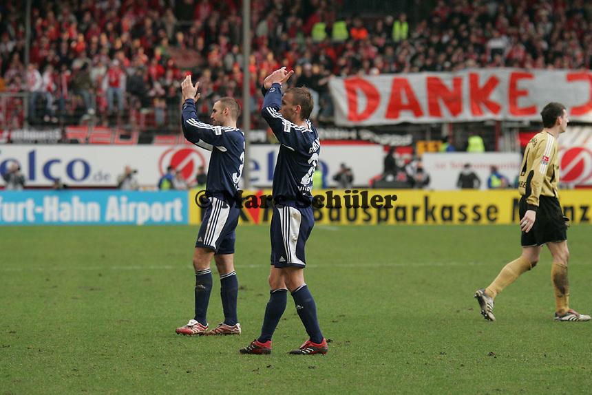 Robert Vittek und Dominik Reinhardt (beide 1. FC Nuernberg) bedanken sich bei den Fans +++ Marc Schueler +++ 1. FSV Mainz 05 vs. 1. FC Nuernberg, 24.02.2007, Stadion am Bruchweg Mainz +++ Bild ist honorarpflichtig. Marc Schueler, Kreissparkasse Grofl-Gerau, BLZ: 50852553, Kto.: 8047714