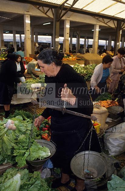 Europe/Portugal/Coimbra : Marchande de légumes sur le marché