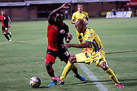 CUCUTA -COLOMBIA, 20-08-2015: Cristian A. Dajome (Izq.) jugador del Cucuta Deportivo disputa el balón con Elvis Gonzalez (Der.) jugador de Atlético Huila durante partido por la fecha 7 de la Liga Aguila II 2015 disputado en el estadio General Santander de la ciudad de Cúcuta./ Cristian A. Dajome (R) player of Cucuta Deportivo fights for the ball with Elvis Gonzalez (L) player of Atletico Huila during match for the 7th  date of the Aguila League II 2015 played at General Santander stadium in Cucuta city. Photo: VizzorImage / Manuel Hernandez /