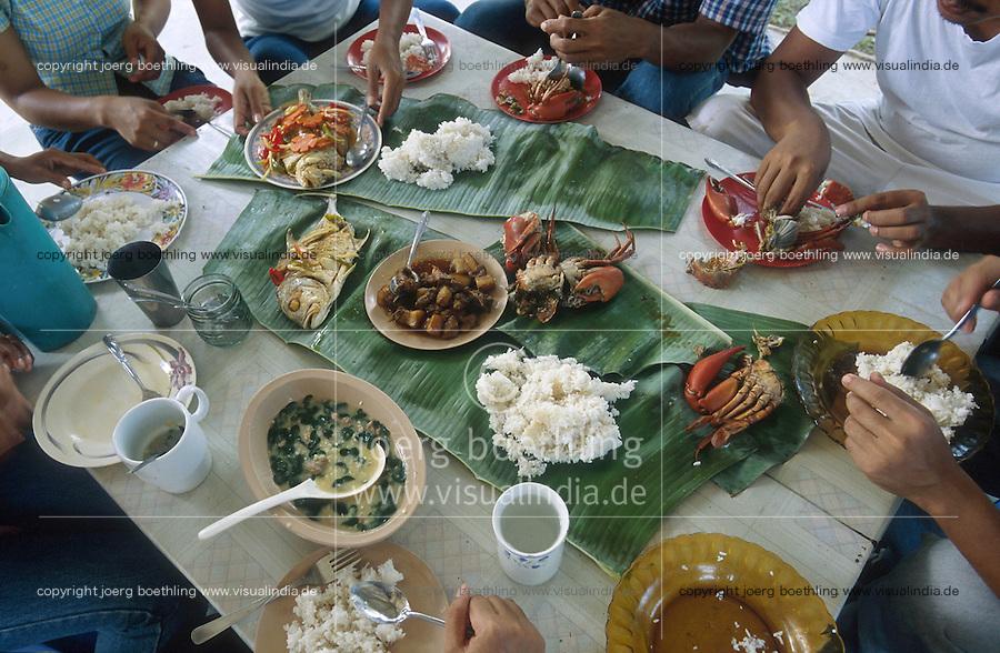 PHILIPPINES Palawan, meal with rice crab fish vegetables on banana leaf / Philippinen Palawan, Reisgericht mit Fisch Krabben Gemuese auf Bananenblatt