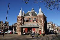 Nederland - Amsterdam - 2020. De Waag is een 15e-eeuws gebouw op de Nieuwmarkt in het centrum van Amsterdam. Het was oorspronkelijk een stadspoort. De huidige naam verwijst naar de latere functie als waag. Het gebouw heeft een reeks andere functies gehad, waaronder gildehuis, museum, brandweerkazerne en anatomisch theater. Tegenwoordig is er een cafe - restaurant in gevestigd : In de Waag. Foto : ANP/ Hollandse Hoogte / Berlinda van Dam