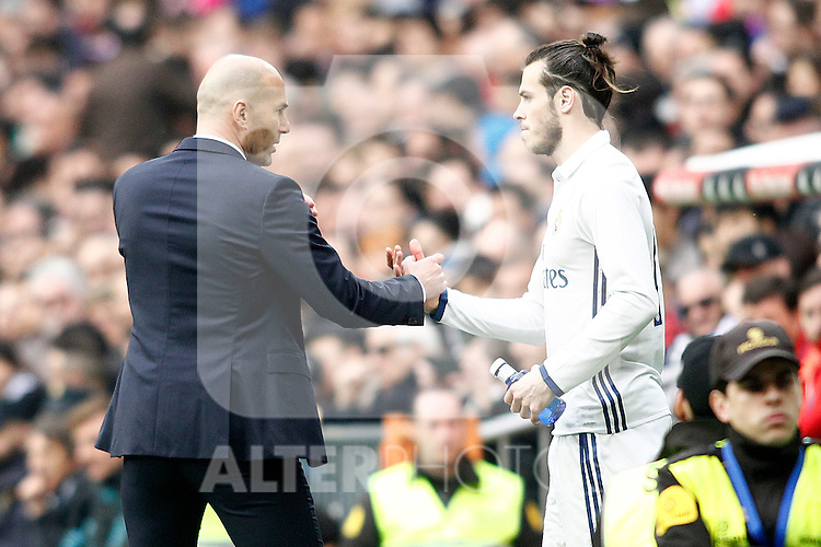 Real Madrid's coach Zinedine Zidane (l) and Garet Bale during La Liga match. February 18,2017. (ALTERPHOTOS/Acero)