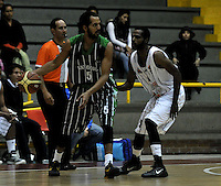 BOGOTA - COLOMBIA - 26-04-2013: Mendez (Der.) de Piratas de Bogotá, disputa el balón con Chavez (Izq.) de Academia de la Montaña de Medellin, abril 26 de 2013. Piratas y Academia de la Montaña en partido de la quinta fecha de la fase II de la Liga Directv Profesional de baloncesto en partido jugado en el Coliseo El Salitre. (Foto: VizzorImage / Luis Ramírez / Staff). Mendez (R) of Piratas from Bogota, fights for the ball with Chavez (L) of Academia de la Montaña from Medellin, April 26, 2013. Piratas and Academia de la Montaña in the fifth match of the phase II of the Directv Professional League basketball, game at the Coliseum El Salitre. (Photo: VizzorImage / Luis Ramirez / Staff).