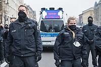 Ca. 70 Menschen protestierten am Mittwoch den 2. Dezember 2020 in Berlin vor Medienhaeusern gegen die ihrer Meinung nach, unausgewogene Berichterstattung ueber die Proteste von Coronaleugnern und forderten, dass sie und als Coronaleugner bekannte Aerzte als Experten in Talkshows eingeladen werden.<br /> Im Bild: Polizeibeamte stehen vor einem Polizeifahrzeug, auf dem ein LED-Display Verhaltensregeln zur Eindaemmung der Coronapandemie zeigt.<br /> 2.12.2020, Berlin<br /> Copyright: Christian-Ditsch.de