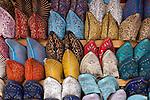 Marokko, Region Marrakesch-Tensift-El Haouz, Essaouira an der Atlantikkueste: bunte, farbenfrohe marokkanische Lederschuhe werden im Soukh angeboten | Morocco, Region Marrakesh-Tensift-El Haouz, Essaouira at the Atlantic Coast: Moroccan slippers in the souk