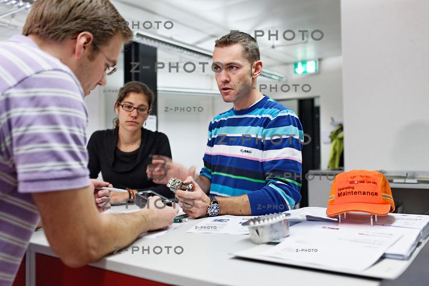 v.l.n.r. Renggi Simon, Valerie Tobler, Huesler Daniel bei einer Besprechung im Ingenieurbuero des IW Olten am 28. November 2011.Foto: Zvonimir Pisonic Copyright © 2010 SBB CFF FFS