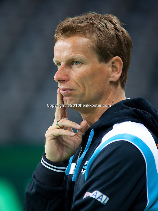 03-05-10, Zoetermeer, SilverDome, Tennis, Training Davis Cup, Captain Jan Siemerink