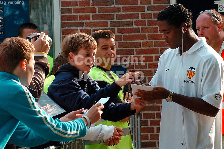 cambuur - valencia buitenpost voorbereiding seizoen 2005-2006 patrick kluivert kwam niet in actie wegens een blessure en deelde handtekeningen uit