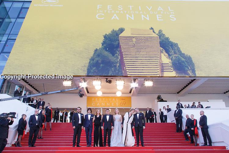 Rares Andrici Malina Manovici Cristian Mungiu Maria Dragus Lia Bugnar Adrian Titieni sur le tapis rouge pour la projection du film 'Bacalaureat' lors du 69ème Festival du Film à Cannes le jeudi 19 mai 2016.