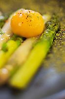 Europe/France/Rhône-Alpes/74/Haute-Savoie/Annecy: Asperges naturelles, confit d'échalotes, et oeuf: basse température -  recette de  Stéphane Dattrino, restaurant: L'Esquisse, 21, rue Royale.