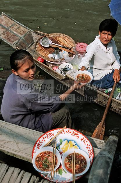 Thailande/Env de Bangkok: Près de Tha Kha, la marchande de soupe livre en bateau chez Suda & Nopadol dans les plantations à Ban-Ama