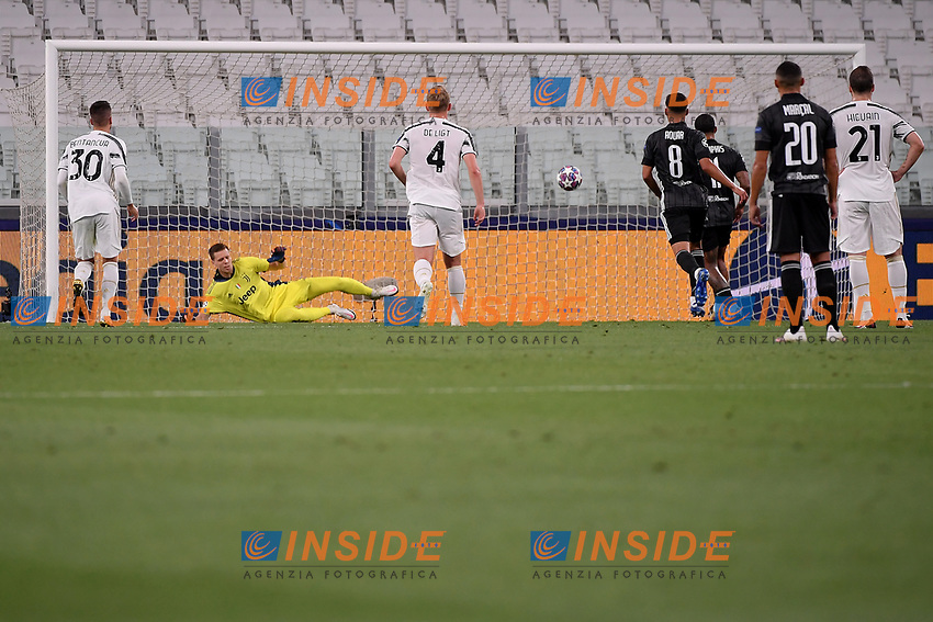 Memphis Depay of Lyon scores on penalty the goal of 0-1 during the Champions League round of 16 second leg football match between Juventus FC and Lyon at Juventus stadium in Turin (Italy), August 7th, 2020. <br /> Photo Federico Tardito / Insidefoto