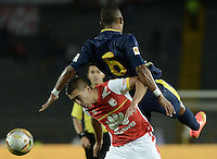 BOGOTÁ -COLOMBIA, 21-03-2015. Dario Rodriguez (Izq.) jugador de Independiente Santa Fe disputa el balón con James Sanchez (Der.) jugador de Uniautonoma, durante partido por la fecha  11 entre Independiente Santa Fe y Uniautonoma de la Liga Aguila I-2015, en el estadio Nemesio Camacho El Campin de la ciudad de Bogota. / Dario Rodriguez (L) player of Independiente Santa Fe struggles for the ball with James Sanchez (R) player of Uniautonoma, during a match of the 11 date between Independiente Santa Fe and Uniautonoma for the Liga Aguila I -2015 at the Nemesio Camacho El Campin Stadium in Bogota city. Photo: VizzorImage/ Gabriel Aponte / Staff