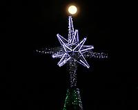 BOGOTÁ - COLOMBIA, 12-12-2019: Escena decembrina  con la última luna llena del año 2019 en la capital./<br /> Decembrine scene  with the last full moon of the year 2019 in the capital.l. Photo: VizzorImage / Felipe Caicedo / Satff