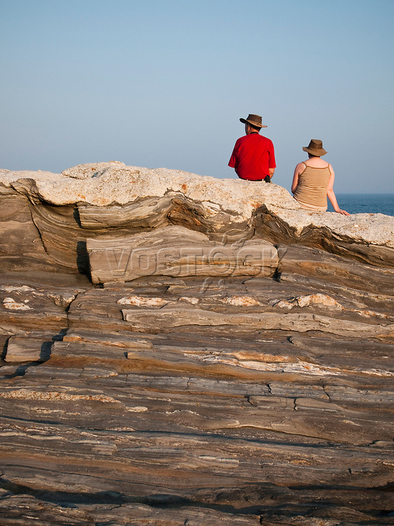USA, Neuengland, Paar mit Hut am Pernaquid Point, 31.08.2010<br /> <br /> Engl.: USA, New England, Pernaquid Point, couple, rock, man, woman, hats, 31 August 2010