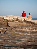 USA, Neuengland, Paar mit Hut am Pernaquid Point, 31.08.2010<br /> <br /> Engl.: USA, New England, Pernaquid Point, couple, rock, man, woman, hats, 31 August 2010