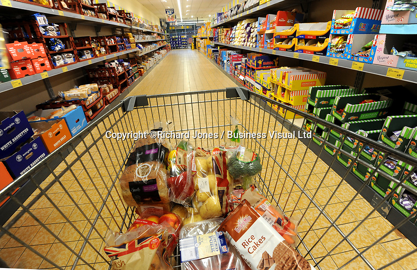 Shoppers at Aldi supermarket, Cardiff, UK. The global discount store is owned by one of Germany's richest men Karl Albrecht.    29-Sept-2012.