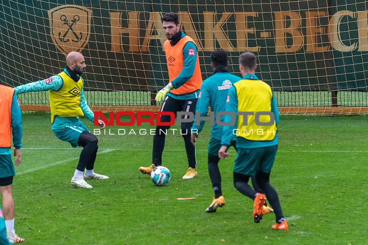 17.11.2020, Trainingsgelaende am wohninvest WESERSTADION - Platz 12, Bremen, GER, 1.FBL, Werder Bremen Training<br /> <br /> Im Zweikamp<br /> <br /> Ömer / Oemer Toprak (Werder Bremen #21)<br /> Stefanos Kapino (Werder Bremen #27)<br /> <br /> <br /> Foto © nordphoto / Kokenge