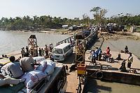 BANGLADESH, cyclone Sidr and high tide destroy villages in Southkhali in District Bagerhat , transport of relief goods/ BANGLADESCH, der Wirbelsturm Zyklon Sidr und eine Sturmflut zerstoeren Doerfer im Kuestengebiet von Southkhali
