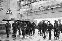 - exit of workers from metalworking factory SAE in Lecco (March 1985)....- uscita degli operai dalla fabbrica metalmeccanica SAE di Lecco (marzo 1985)