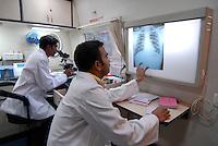 INDIA Madhya Pradesh, mobile health clinic in bus with lab and x-ray machine for free health care in villages / INDIEN Madhya Pradesh , mobile Gesundheitsstation mit Labor und Roentgengeraet in einem Bus fuer kostenlose Versorgung in Doerfern, finanziert von Coop Schweiz und biore Projekt, Auswertung eines Roentgenbildes