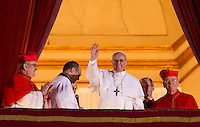 Il nuovo Papa Francesco saluta la folla di fedeli dalla Loggia centrale della Basilica di San Pietro, Citta' del Vaticano, 13 marzo 2013. Il cardinale argentino Jorge Mario Bergoglio, che ha scelto il nome di Papa Francesco, e' il 266esimo Pontefice della Chiesa Cattolica Romana eletto dai 115 cardinali del Conclave.<br /> Newly elected Pope Francis waves to the crowd from the central balcony of St. Peter's Basilica at the Vatican, 13 March 2013. Argentine Cardinal Jorge Mario Bergoglio, who chose the name of Pope Francis, is the 266th pontiff of the Roman Catholic Church elected by a Conclave of 115 cardinals. <br /> UPDATE IMAGES PRESS/Riccardo De Luca<br /> STRICTLY ONLY FOR EDITORIAL USE