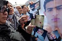 Tunisia, il dopo rivoluzione: manifestazione dei familiari dei martiri della rivolta. Vari partecipanti mostrano le fotografie dei particolari delle torture subite dai loro congiunti.<br /> TUNISIA after spring revolution