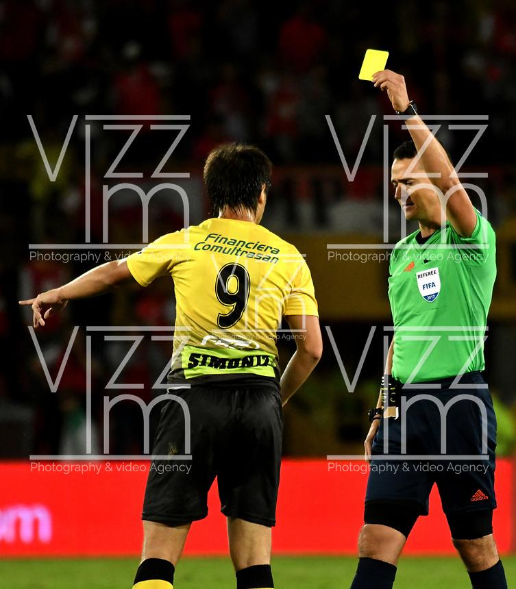 BOGOTA - COLOMBIA - 27 - 05 - 2017: Wilmar Roldan (Der.), arbitro, muestra tarjeta amarilla a Mauro Bustamante (Izq.), jugador de Alianza Petrolera, durante partido de la fecha 20 entre Independiente Santa Fe y Alianza Petrolera, por la Liga Aguila I-2017, en el estadio Nemesio Camacho El Campin de la ciudad de Bogota. / Wilmar Roldan (R), referee, shows yellow card to Mauro Bustamante (L) player of Alianza Petrolera,  during a match of the date 20th between Independiente Santa Fe and Alianza Petrolera, for the Liga Aguila I -2017 at the Nemesio Camacho El Campin Stadium in Bogota city, Photo: VizzorImage / Luis Ramirez / Staff.