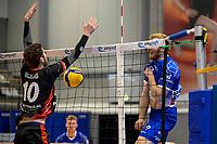 27-02-2021: Volleybal: Amysoft Lycurgus v Computerplan VCN: Groningen Lycurgus speler Eric van der Schaaf slaat de bal tegen VCN  speler  Roland Mijnans in het net