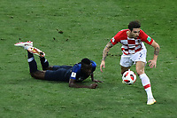 MOSCU - RUSIA, 15-07-2018: Blaise MATUIDI (Izq) jugador de Francia disputa el balón con Sime VRSALJKO (Der) jugador de Croacia durante partido por la final de la Copa Mundial de la FIFA Rusia 2018 jugado en el estadio Luzhnikí en Moscú, Rusia. / Blaise MATUIDI (L) player of France fights the ball with Sime VRSALJKO (R) player of Croatia during match of the final for the FIFA World Cup Russia 2018 played at Luzhniki Stadium in Moscow, Russia. Photo: VizzorImage / Cristian Alvarez / Cont