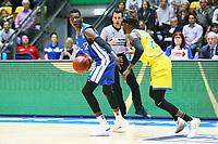 Isaac Bonga (Fraport Skyliners) gegen Bazoumana Kone (Basketball Löwen Braunschweig)4 - 11.10.2017: Fraport Skyliners vs. Basketball Löwen Braunschweig, Fraport Arena Frankfurt