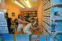 Loja de massagens em Londres. Inglaterra. 2008. Foto de Juca Martins.