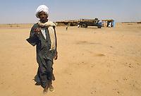 - northern Sudan, bus stop in the Nubia desert....- Sudan settentrionale, fermata d'autobus nel deserto di Nubia..