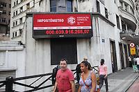 SAO PAULO, SP, 24.04.2015 - IMPOSTOMETRO - CENTRO SP - O impostometro, localizado na rua Boa Vista, no centro da cidade de São Paulo, alcançou nesta sexta-feira (24), a marca de 600 bilhões em recolhimentos no ano de 2015.  (Foto: Douglas Pingituro / Brazil Photo Press)