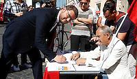 Il capogruppo alla Camera di Sinistra Ecologia Liberta' Gennaro Migliore firma per i referendum dei Radicali su giustizia e diritti umani e civili, a Roma, 5 settembre 2013.<br /> UPDATE IMAGES PRESS/Isabella Bonotto