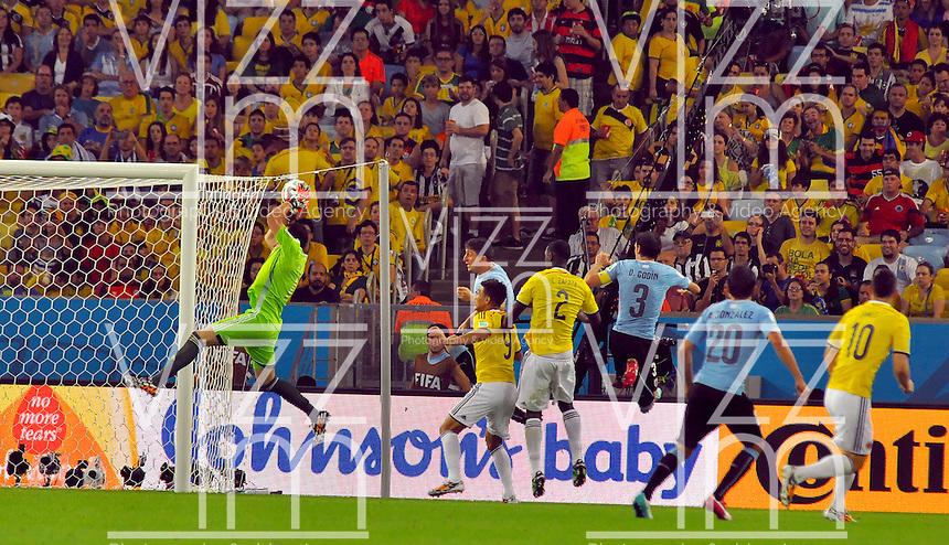 RIO DE JANEIRO - BRASIL -28-06-2014. David Ospina (#1) arquero de Colombia (COL) en acción durante partido de los octavos de final con Uruguay (URU) por la Copa Mundial de la FIFA Brasil 2014 jugado en el estadio Maracaná de Río de Janeiro./ David Ospina (#1) goalkeeper of Colombia (COL) in action during the match of the Round of 16 against Uruguay (URU) for the 2014 FIFA World Cup Brazil played at Maracana stadium in Rio do Janeiro. Photo: VizzorImage / Alfredo Gutiérrez / Contribuidor