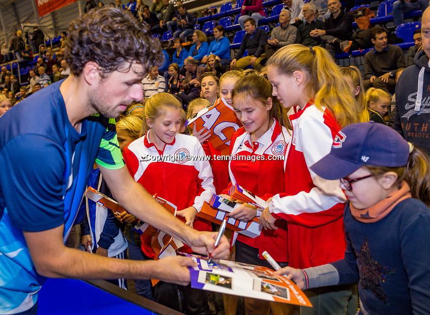 Rotterdam, Netherlands, December 17, 2017, Topsportcentrum, Ned. Loterij NK Tennis, Final man's single: Robin Haase (NED) signing autographs<br /> Photo: Tennisimages/Henk Koster