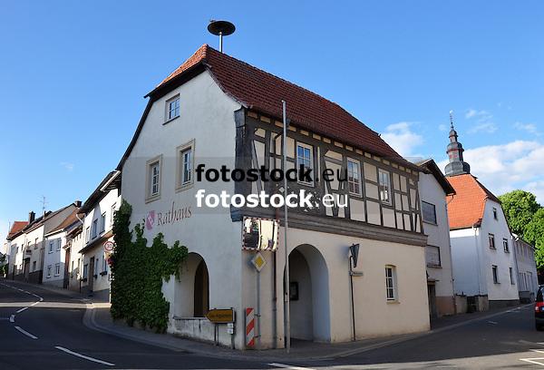 Rathaus (16./17. Jh.) an der Hauptstraße von Appenheim, im Hintergrund der Kirchturm der Ev. Pfarrkirche