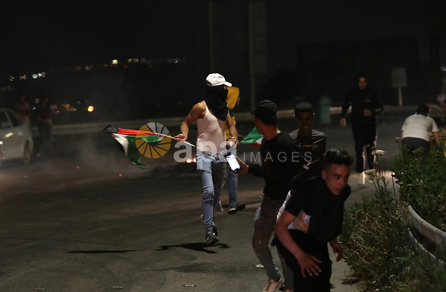 Palestinian protesters clash with Israeli troops at Huwwara checkpoint near the West Bank City of Nablus, 24 April 2021. Some 28 Palestinians were wounded during the clashes. Photo by STR