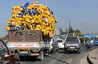 ETHIOPIA, Addis Ababa, transport of jerry cans which are used as trinking water canister / AETHIOPIEN, Addis Abeba, Transport von gelben Plastik Kanistern die landesweit als Trinkwasser Behaelter genutzt werden