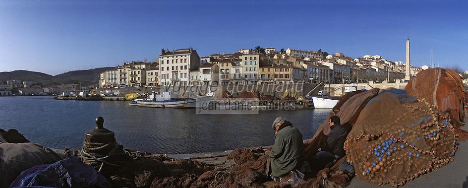 Europe/France/Languedoc-Roussillon/66/Pyrénées-Orientales/Port-Vendres: le port-pécheurs remaillant les filets