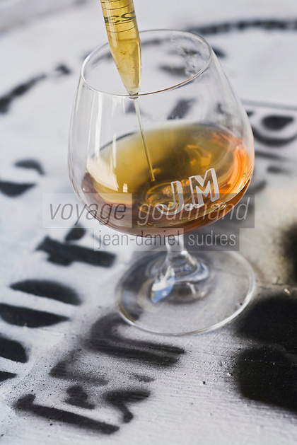France/DOM/Martinique/ Macouba: Distillerie JM de l'Habitation Crassous de Médeuil à Fonds-Préville - Dégustation du Rhum Vieux AOC avec le distillateur dans les chais à barrique Rhum JM