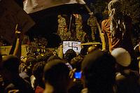 EGITTO, IL CAIRO 9/10 settembre 2011: assalto all'ambasciata israeliana. Migliaia di manifestanti egiziani, ancora infuriati per l'uccisione di cinque guardie di frontiera egiziane da parte dell'esercito israeliano, hanno fatto irruzione nella sede diplomatica israeliana e sono stati poi sgomberati da esercito e polizia egiziana. Nell'immagine: folla di manifestanti ed esercito sui blindati. Tra i manifestanti qualcuno mostra un cartello con la svastica.<br /> Egypt attack to the Israeli embassy  Attaque à l'ambassade israelienne Caire